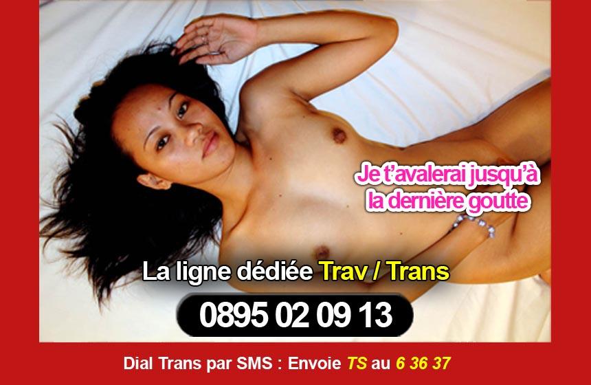 trans au tel nu sur son lit